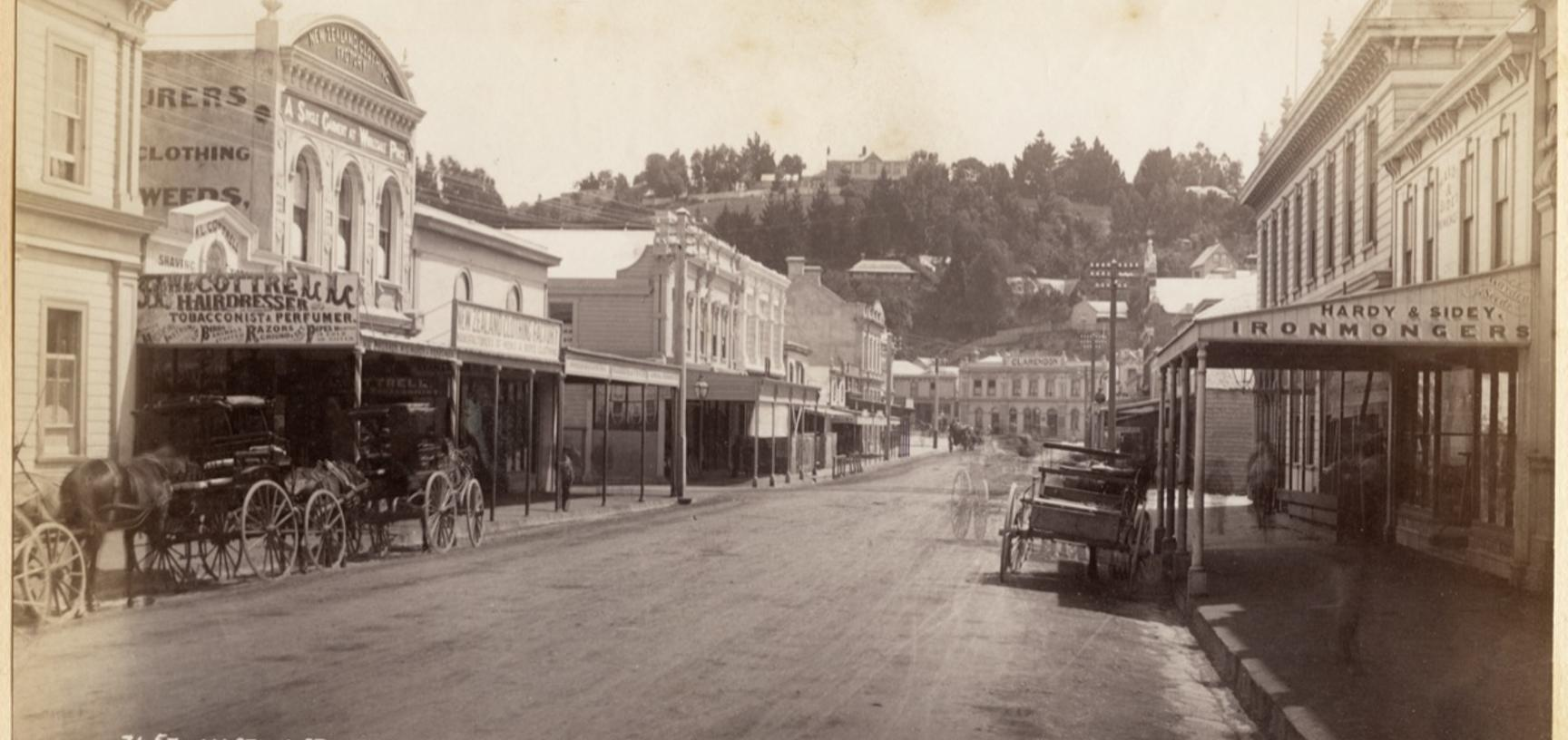 Horse-drawn vehicles stationed outside buildings on Hastings Street in Napier. Photograph by Alfred Burton for the Burton Brothers (Dunedin). Napier, North Island, New Zealand. Circa 1885. (Copyright Pitt Rivers Museum, University of Oxford. Accession Num
