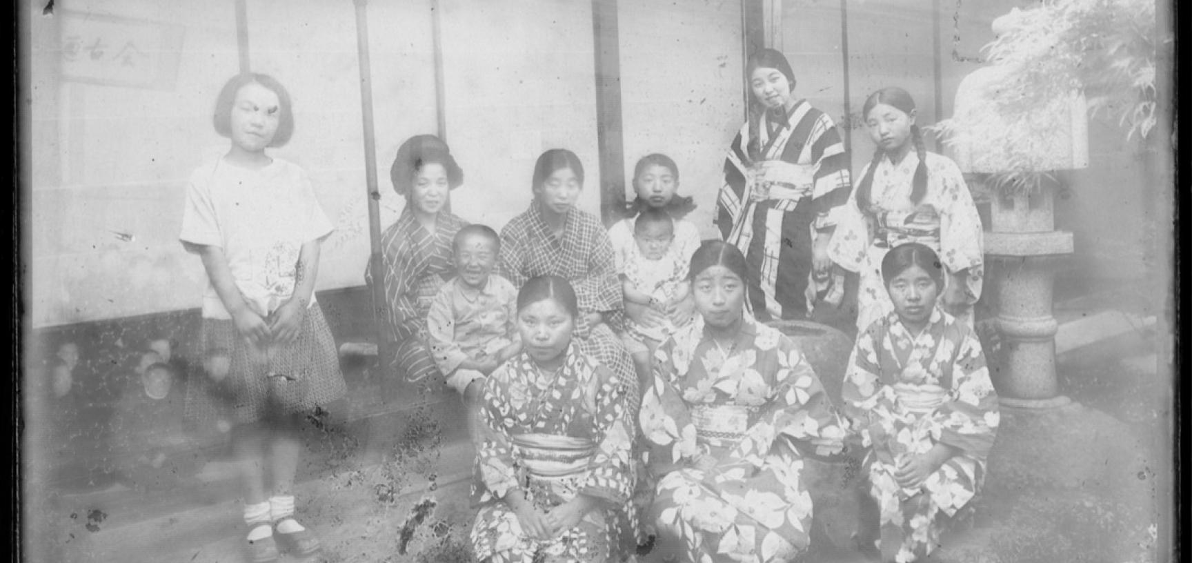 Women and children relaxing outside on a summer evening. (Copyright RD3 Project/Rikuzentakata City Museum)
