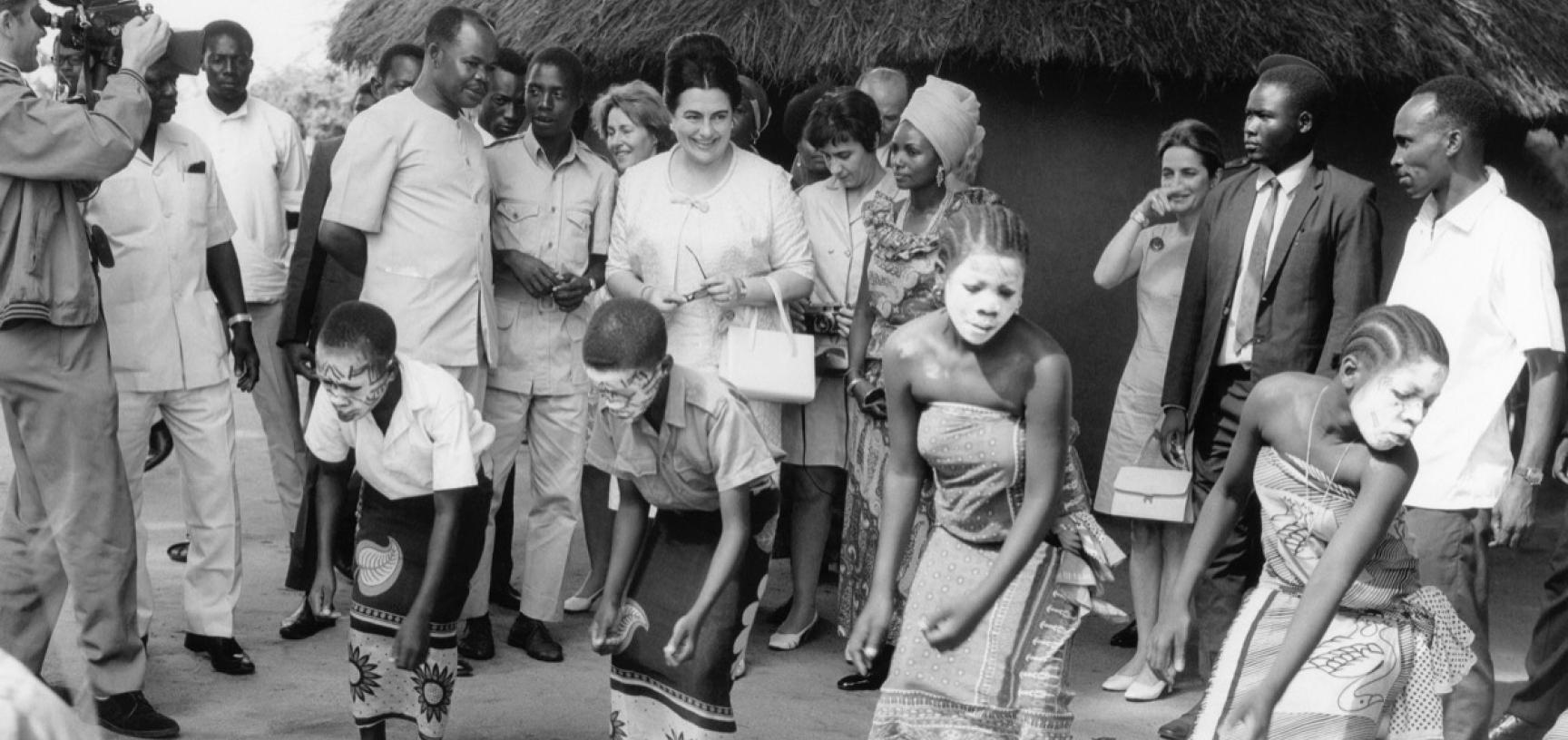 Tanzania, 1970. Jovanka Broz visiting the Museum of Village Houses in Dar es Salaam. (Copyright Museum of Yugoslavia, Belgrade)