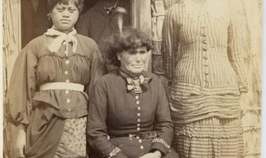 Portrait of Te Paea Hinerangi ('Guide Sophia') with her two nieces. Photograph by Alfred Burton for the Burton Brothers studio (Dunedin). Whakarewarewa, North Island, New Zealand. Circa 1887. (Copyright Pitt Rivers Museum, University of Oxford. Accession