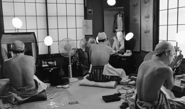 A dressing-room in the Kabuki-za theatre before a performance of Renjishi, with (from left to right) actors Nakamura Kanzaburō XVIII, Nakamura Kantarō II and Nakamura Shichinosuke II. Very unusually, all three performers from the same family are sharing t