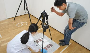 Photographing the condition of an album. (Copyright RD3 Project/Rikuzentakata City Museum)