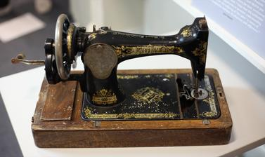 SEWING MACHINE.
