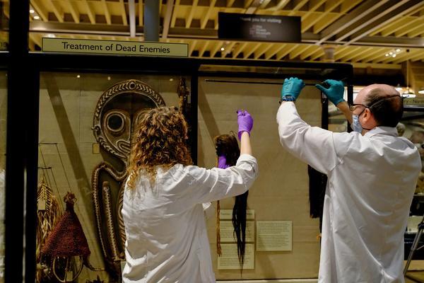 Tsantas being taken off display July 2020 - Photo Hugh Warwick original